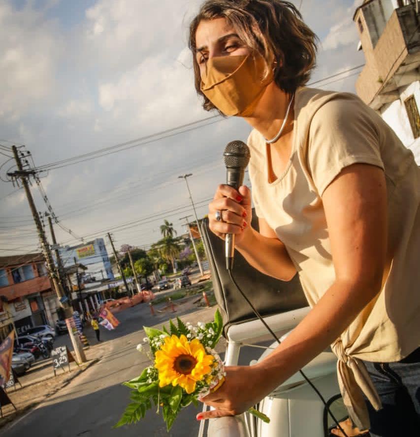 No último debate antes do primeiro turno das eleições de Porto Alegre, realizado pela rádio Gaúcha na noite de quinta-feira (12), a candidata do PCdoB, Manuela d'Ávila,  defendeu outro modelo de cidade voltado para a defesa da vida, da igualdade e das necessidades das pessoas. E, novamente, foi alvo de ataques machistas.